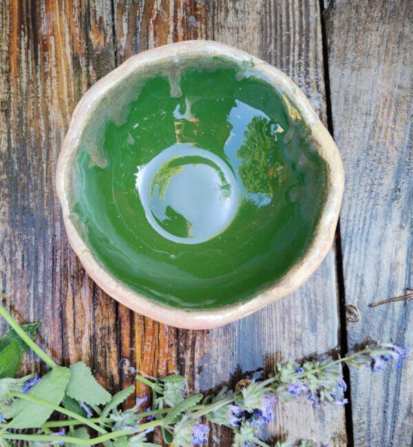 Miseczka intensywnie zielona o średnicy około 12 cm